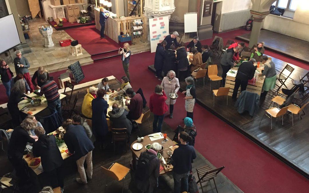 Politischer Suppentopf NRW weiht die gesponserten Tische und Stühle der Suppenküche Bochum ein