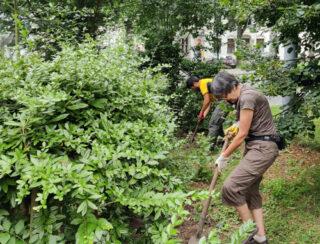 Foto: Die Gartengruppe beim Umgraben